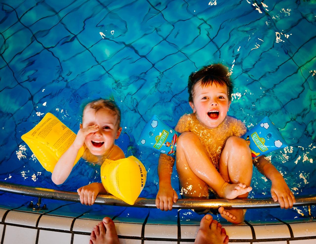 ビニールプールで遊ぶ子ども